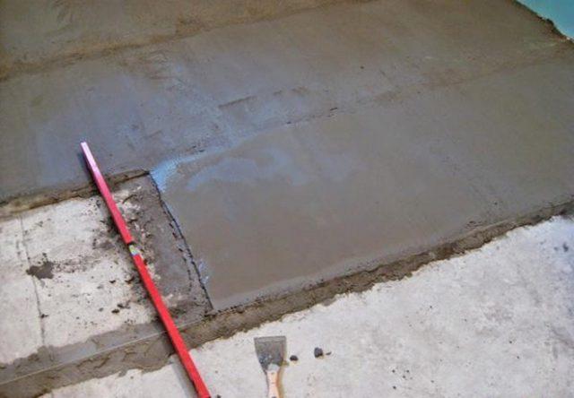 Заливка чистовой стяжки цементным раствором по маякам для выравнивания бетонного пола под ламинат
