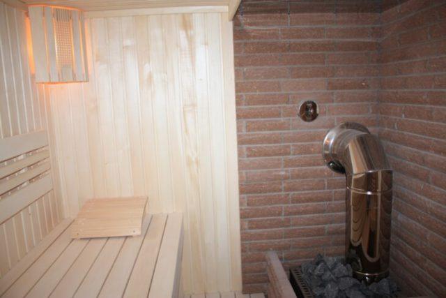 Дымоход банной печи выведен в стену