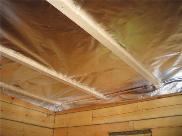Качественная гидроизоляция потолка не позволит пару и влаге проникать внутрь дома