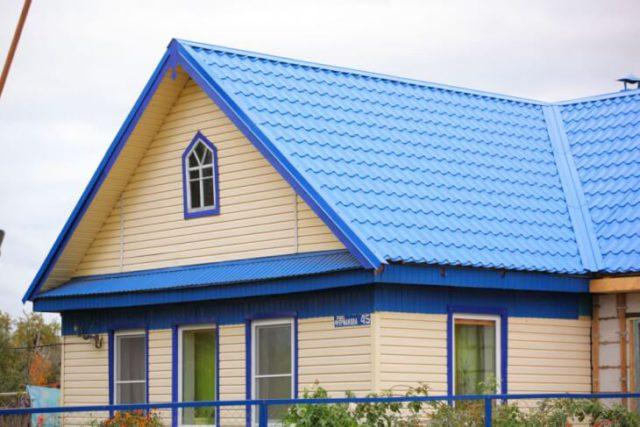 Сочетание цвета крыши и сайдинга: лазурь и зефир