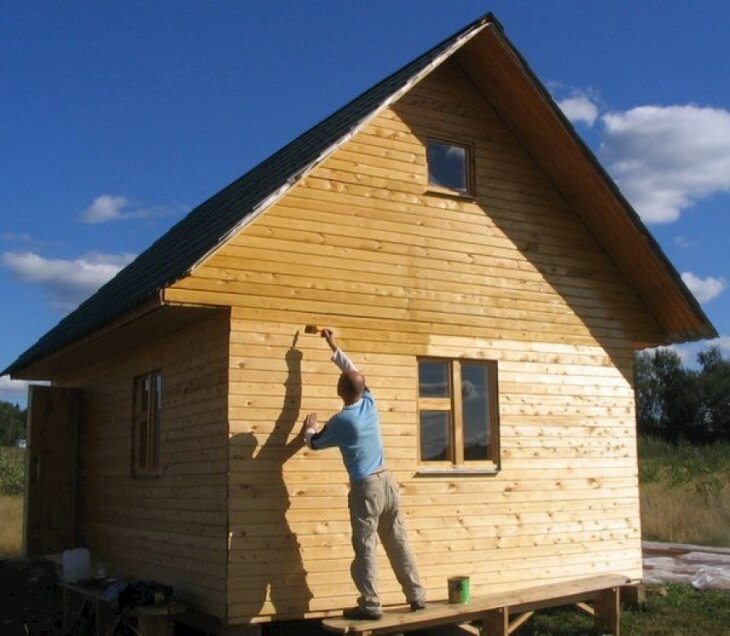 Покрытие деревянного дома защитным составом