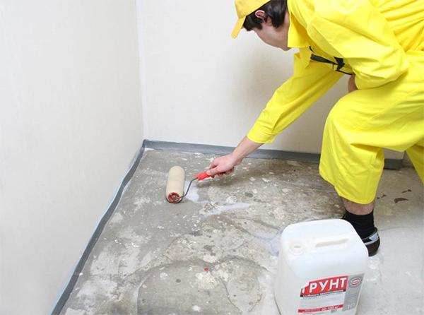 Процесс грунтовки пола ванной комнаты перед гидроизоляцией