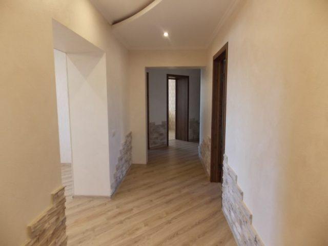 Декоративный камень в коридоре органично сочетается с другими материалами