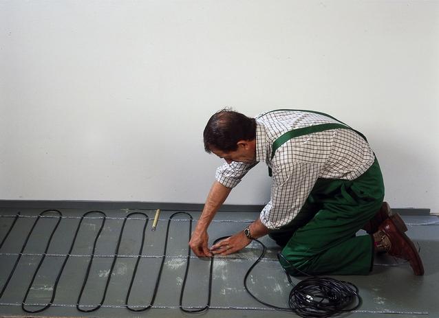 Процесс укладки кабельного теплого пола