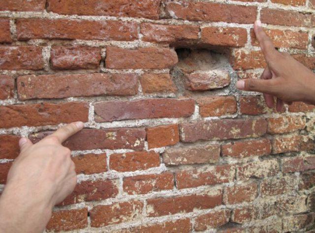 Дефекты старой кирпичной стены нужно безжалостно удалить