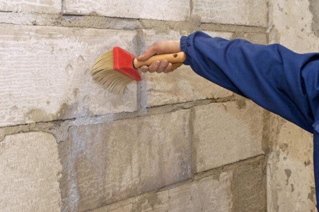 Перед грунтовкой кирпичной кладки необходимо очистить ее от пыли с помощью щетки или веника