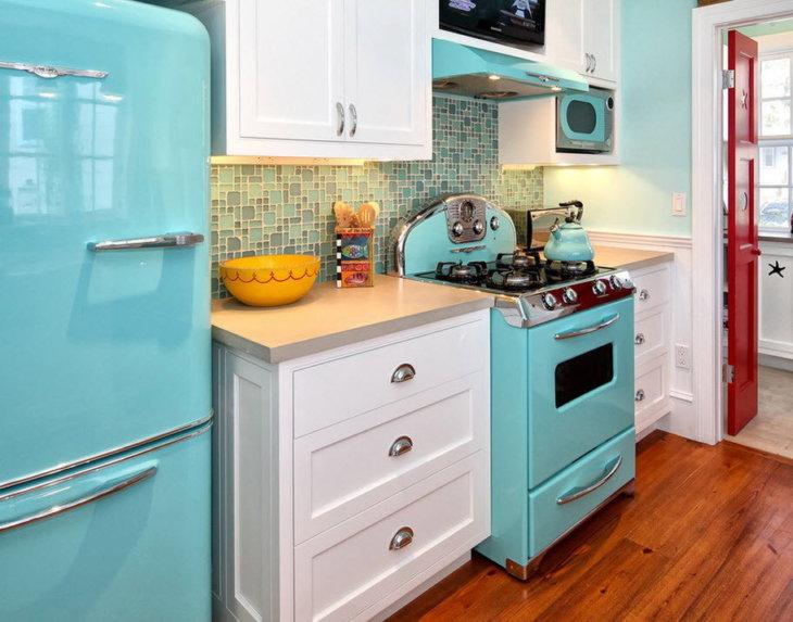 Покрашенный холодильник в интерьере кухни