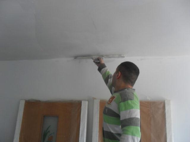 Штукатурим стену под обои в комнате