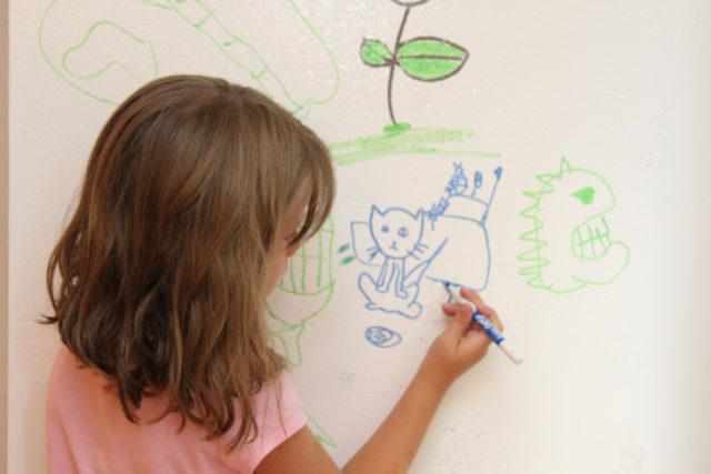 Детские рисунки на обоях