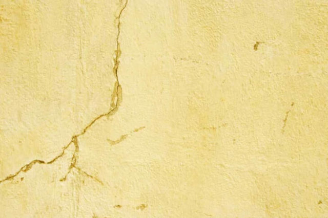 Трещина в штукатурке на стене