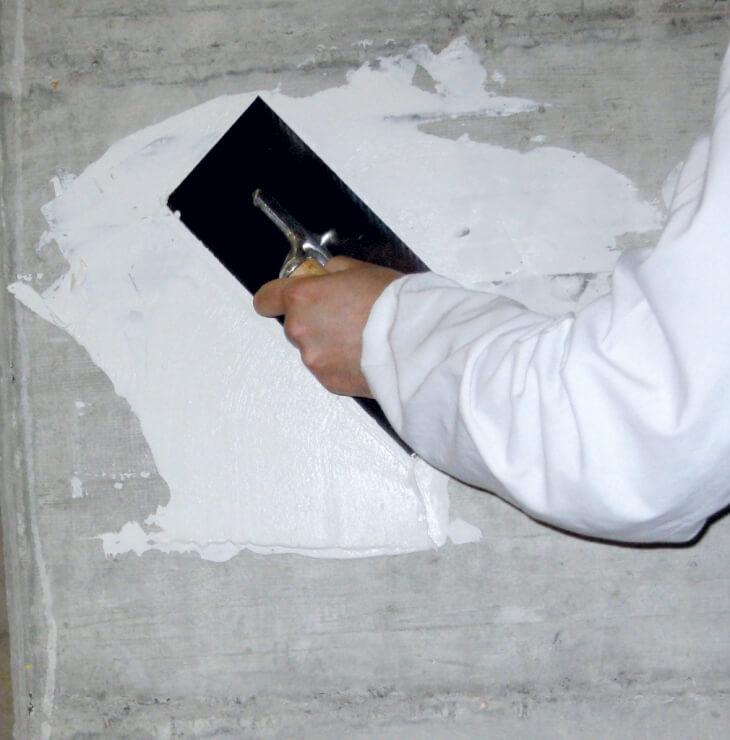 Процесс заделывания трещины в штукатурке