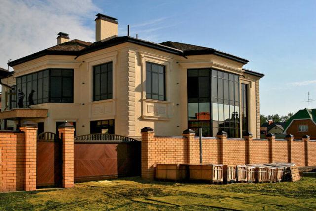 Облицовка фасада частного дома лепниной