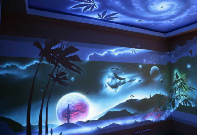 Люминесцентная краска на стенах