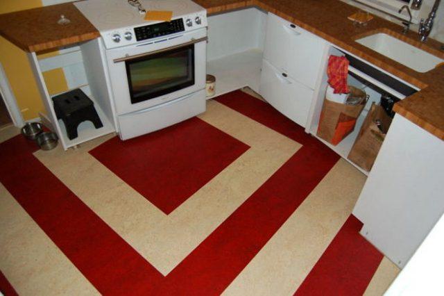 На фото представлен натуральный линолеум (мармолеум), уложенный в кухне
