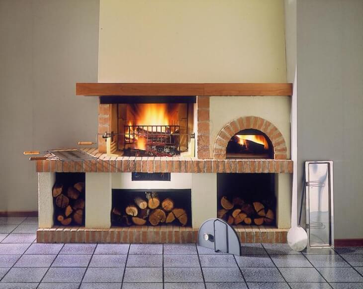 Печка и камин отделаны штукатуркой с элементами дерева и кирпича