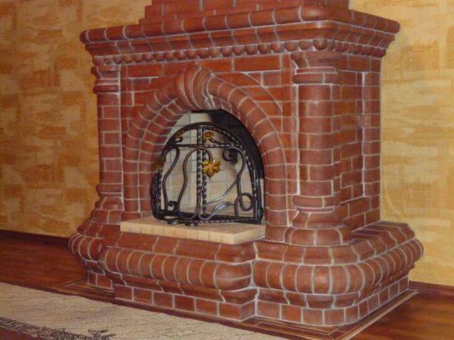 Кирпичный камин с кованой решеткой