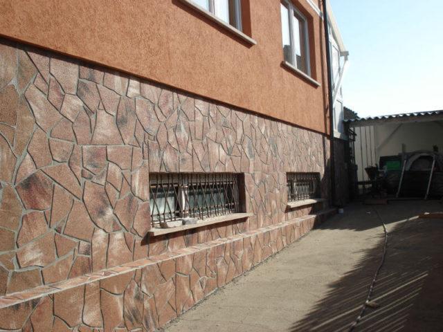Фактура цокольной части здания должна удачно комбинироваться со стенами и прочими конструкционными элементами