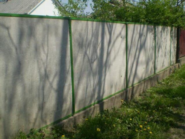 Листы плоского шифера часто используются для строительства заборов