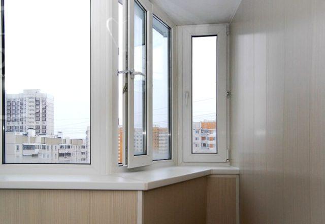 Стены балкона обшиты пластиковыми панелями