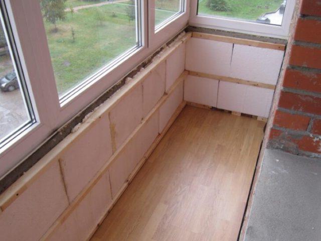 Шпаклевка стен балкона обшитого пенопластом