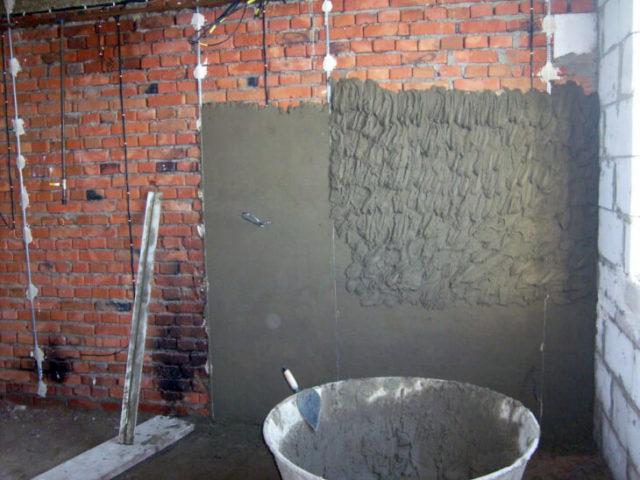 Нанесение смеси подразумевает выравнивание стен вместе с защитой поверхности от различных повреждений