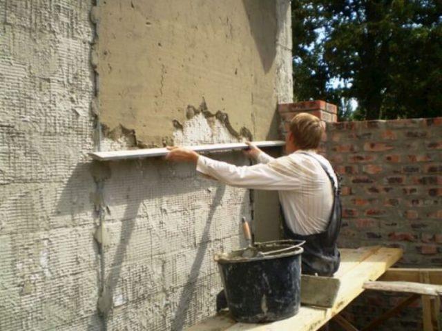 Оштукатуривание скрывает дефекты стены и подготавливает ее к финишной отделке
