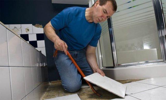 Снятие плитки в ванной