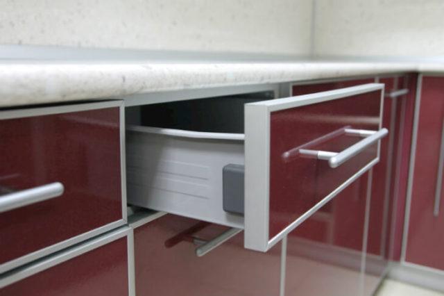 Кухни с фасадами из алюминиевого профиля