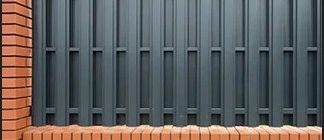 забор из кирпича и штакетника